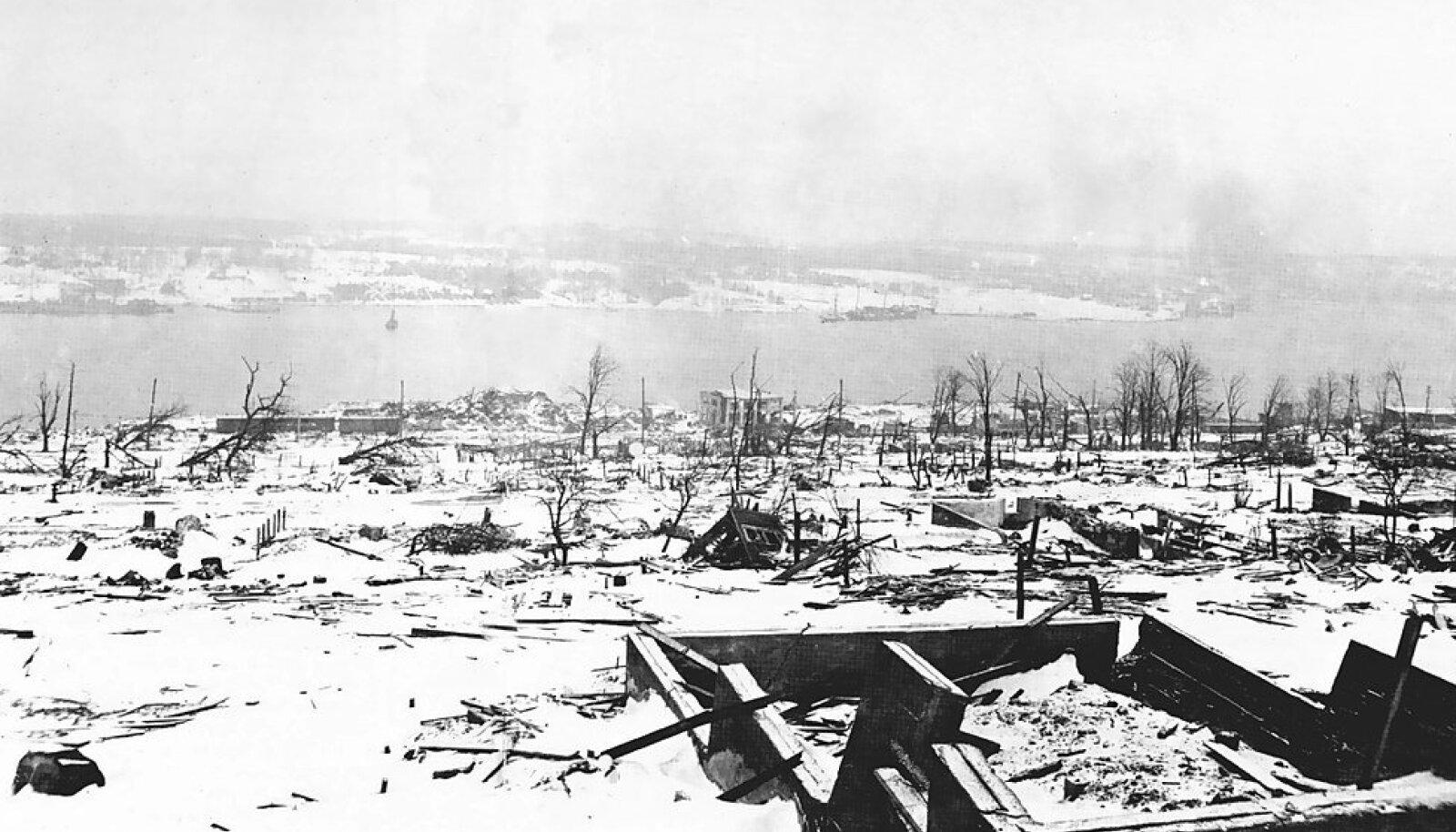 Pilbasteks purunenud Halifax kaks päeva pärast õnnetust.