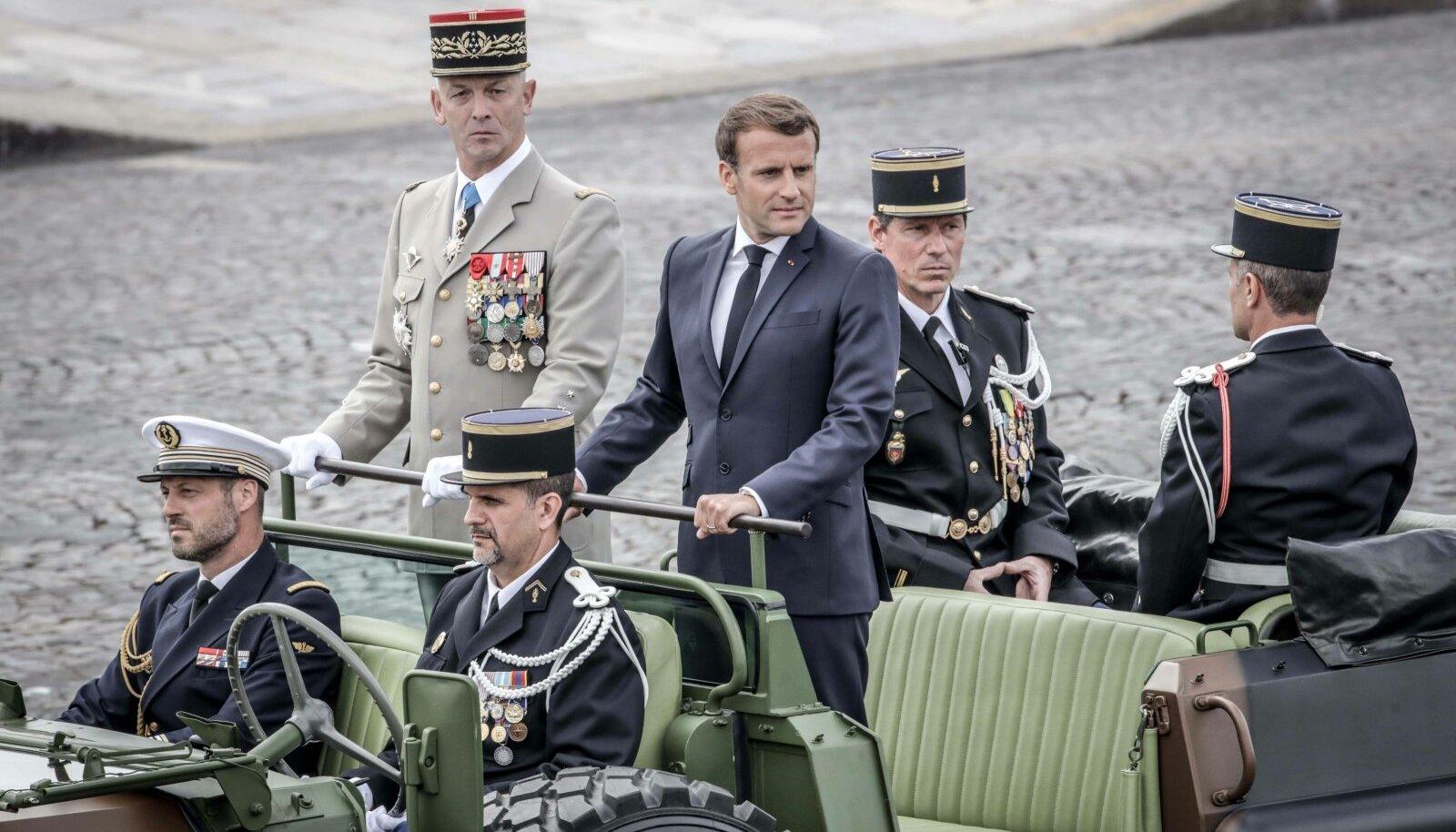 Peastaabi juht François Lecointre (keskel vasakul) ja riigikaitse kõrgeim juht Emmanuel Macron juhatavad mulluse paraadi eesotsas. Presidendilt oodatakse 14. juuliks avaldust armee kohta.