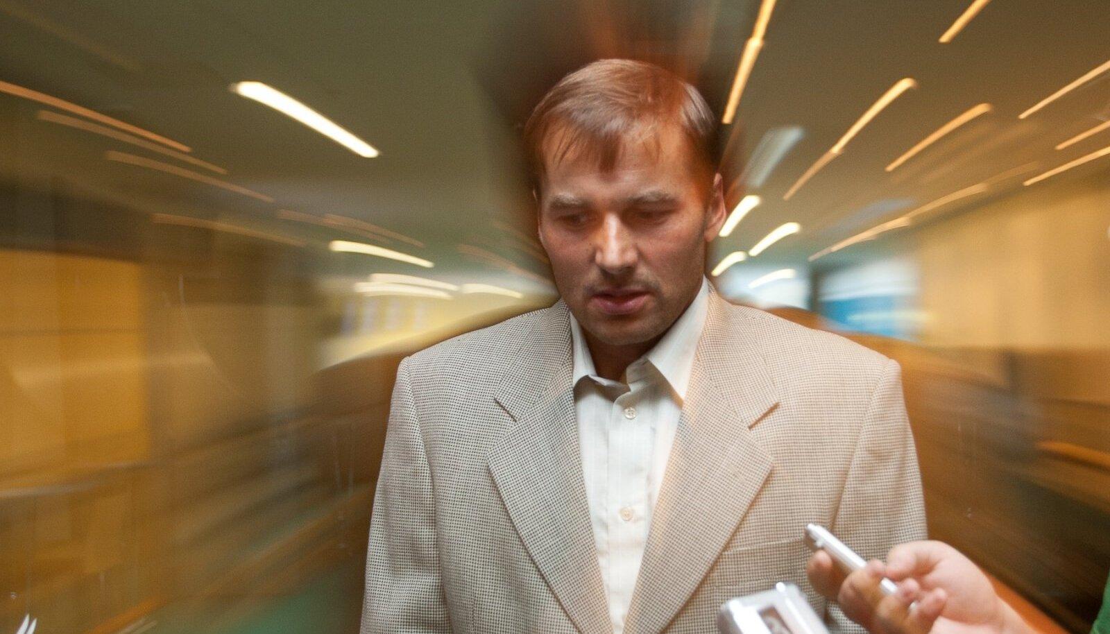 Andrus Veerpalu 2011. aastal peale pressikonverentsi ajakirjanike piiramisrõngas.