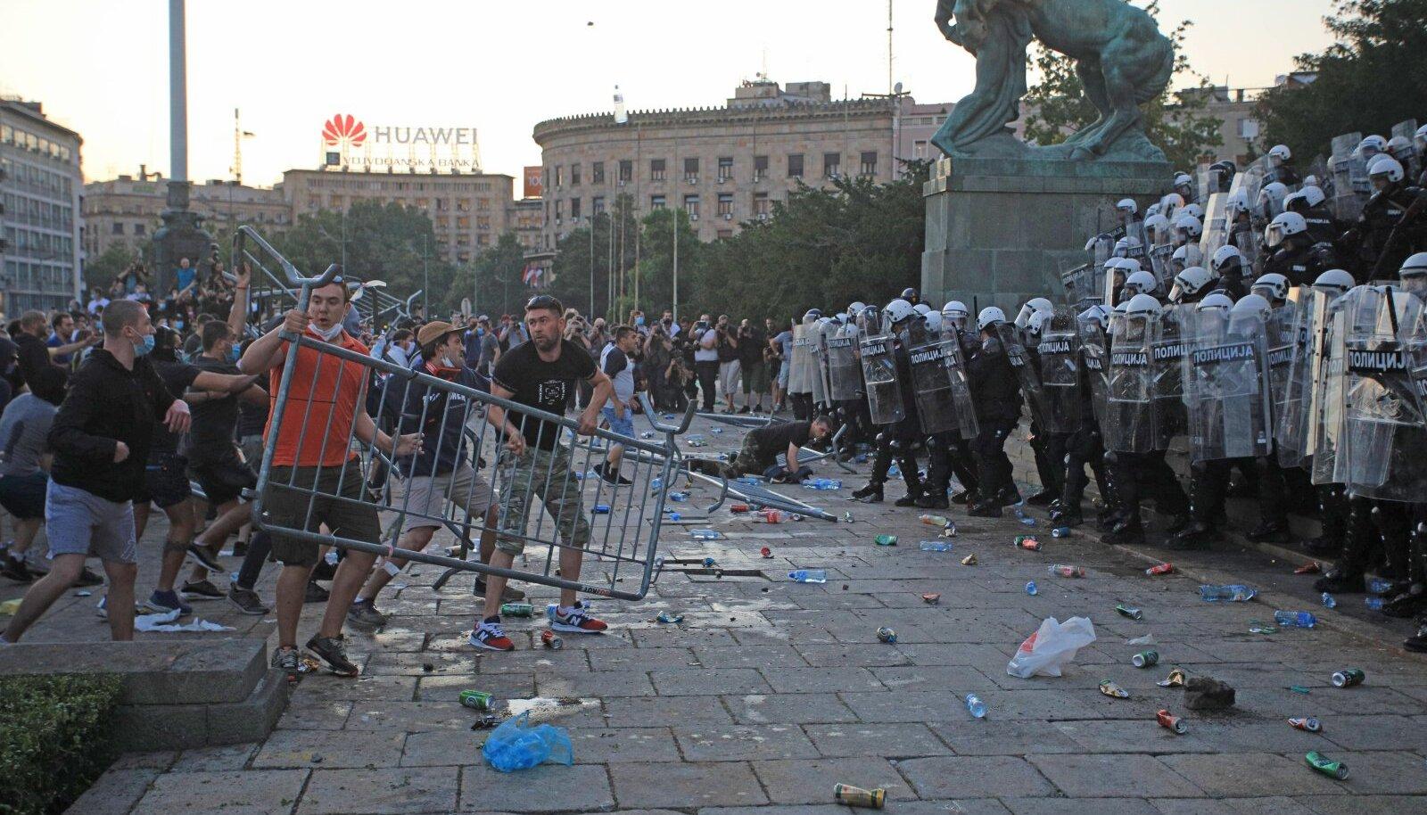 Serbia pealinnas Belgradis muutusid karmide piirangute vastased protestid vägivaldseks.