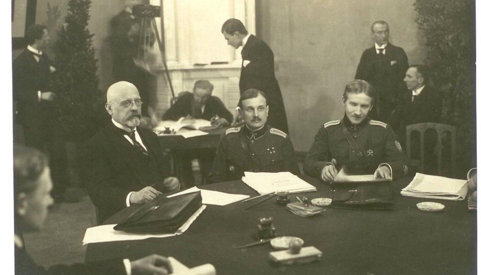 Jaan Poska, Jaan Soots ja Victor Mutt Tartu rahulepet alla kirjutamas.