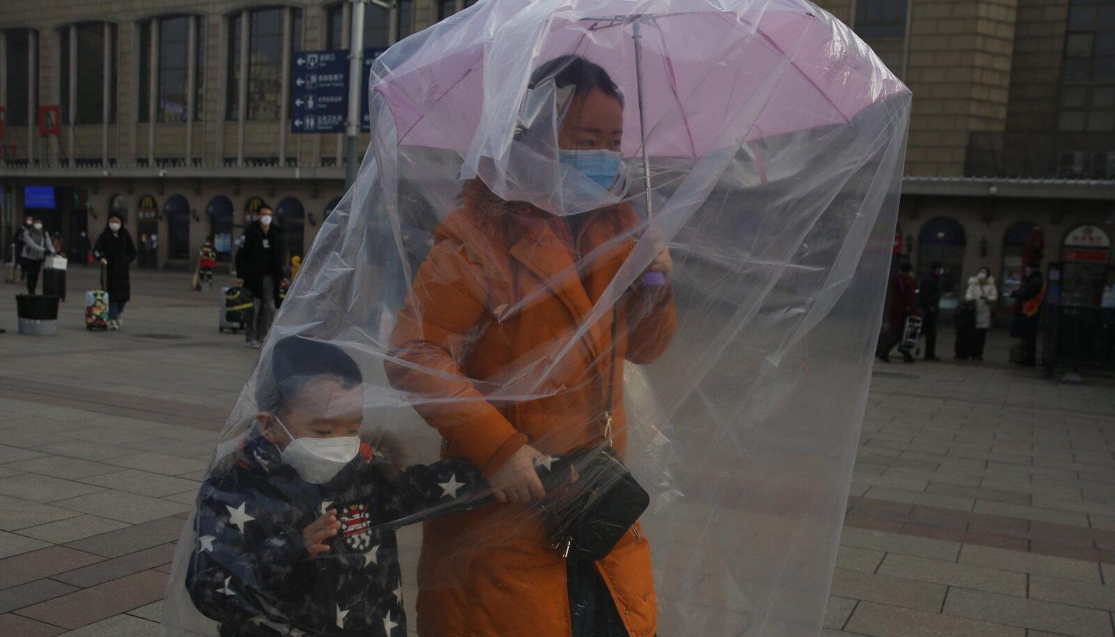 Pekingis võib juba näha ka nii ettevaatlikke inimesi, kes on end üleni kilekotti mässinud.