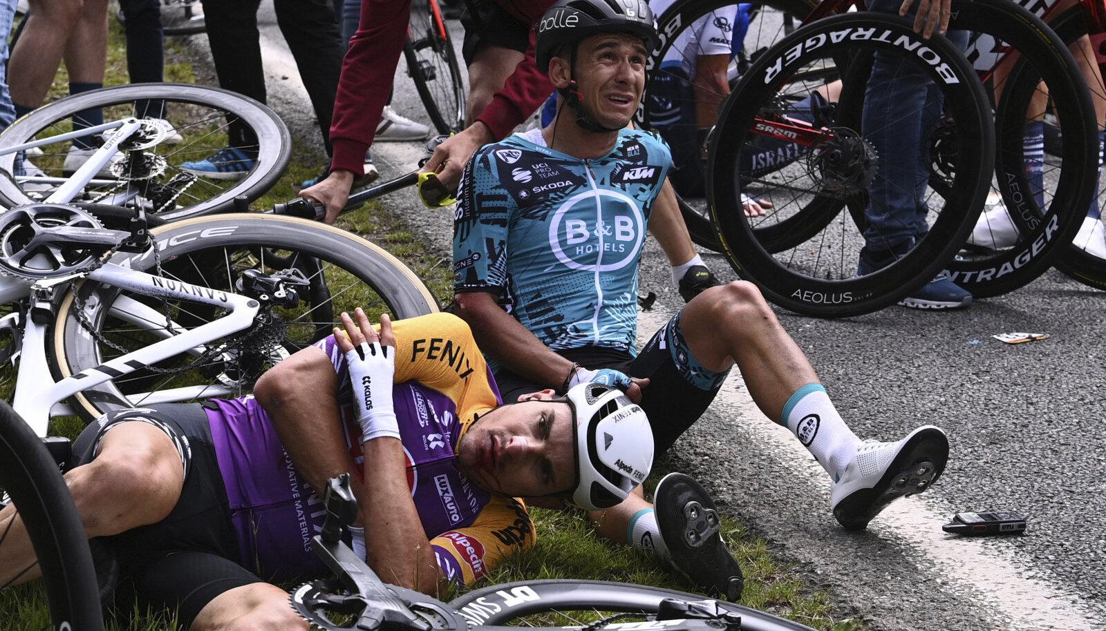 Tour de France'i avaetapil põhjustas ühe karmi kukkumise fänn, kes seejärel sündmuskohalt põgenes.