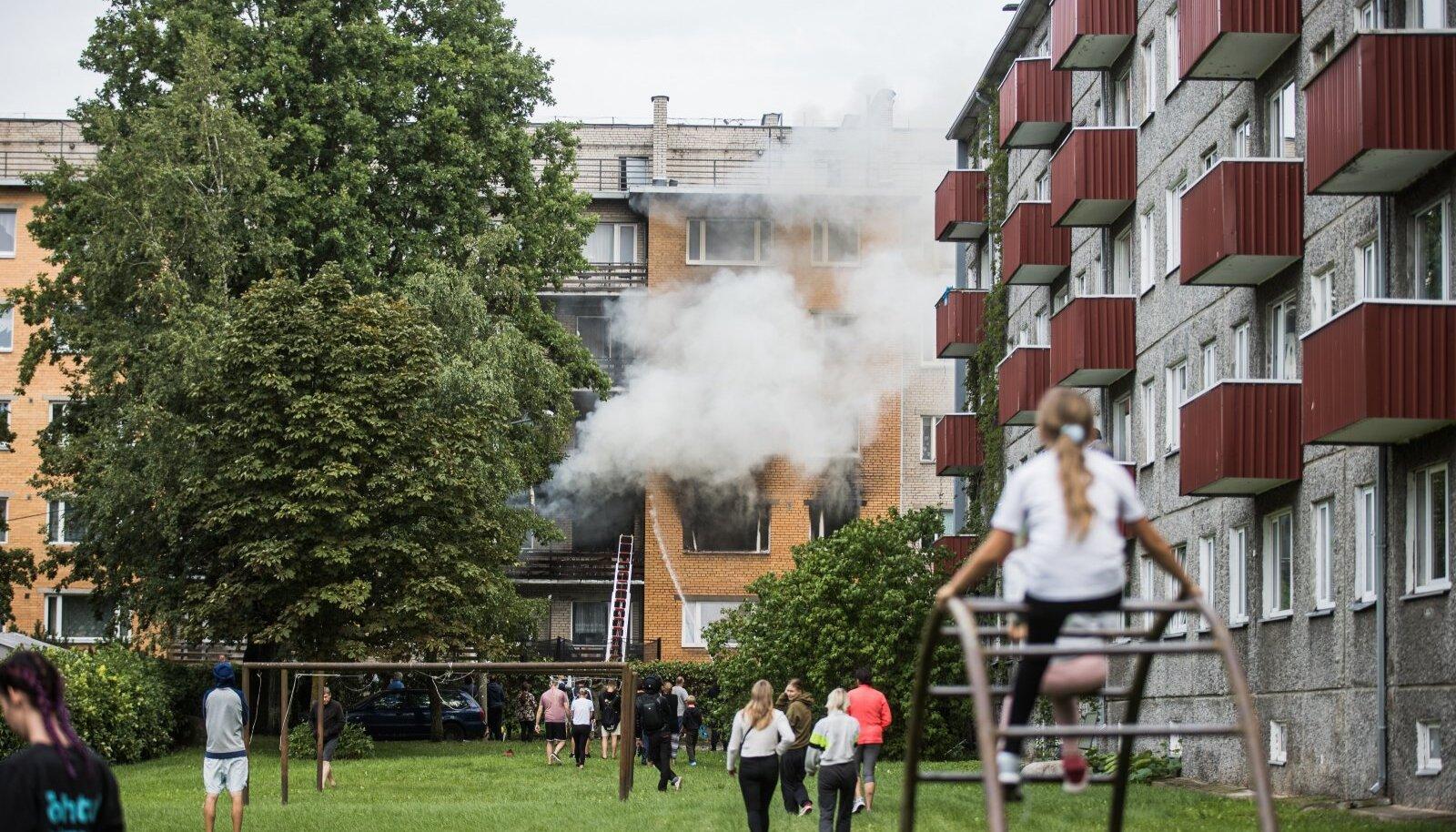 Tartus aadressil Jaama 77 toimunud plahvatuses sai kokku kannatada üheksa inimest. Ilmselt tahtlikult plahvatuse korraldanud mees hukkus, mitu operatiivtöötajat on endiselt raskes seisundis.