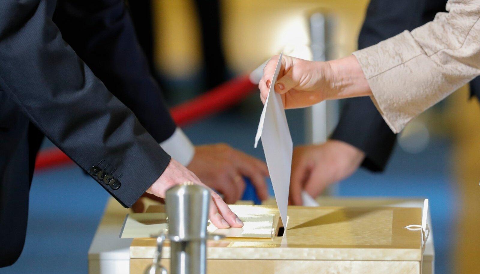 Riigikogu koguneb esimest korda presidenti valima esmaspäeval. Kui teisipäevaks sellega hakkama ei saada, kutsutakse tõenäoliselt septembri teiseks pooleks kokku valimiskogu, kuhu lisaks 101 riigikogu liikmele kuulub veel 107 omavalitsuste esindajat.