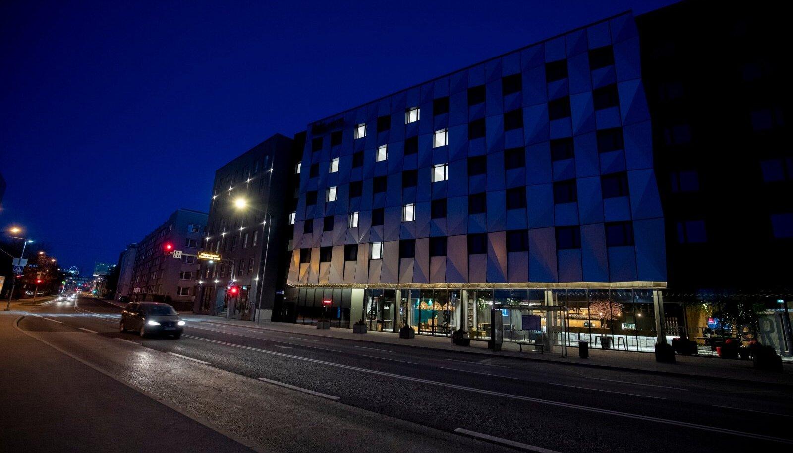 Tallinna tühjad hotellid kasutasid numbritubade valgustust nutikalt ära, et tuua natukenegi rõõmu koroonast laastatud meeleollu.