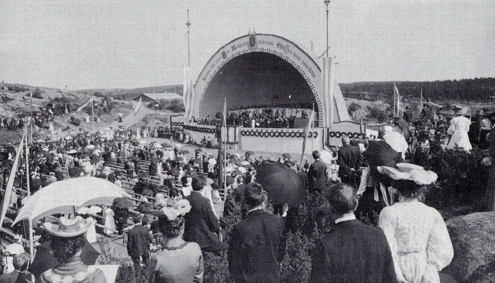 Soome rahvaharitlased olid nii vaimustunud Eesti laulupidudest, et neid taheti tuua ka Soome. Traditsioon ei siiski jäänud kestma. Pilt Rahvaharidusseltsi laulupeolt Turku linnast 1905. aastal.