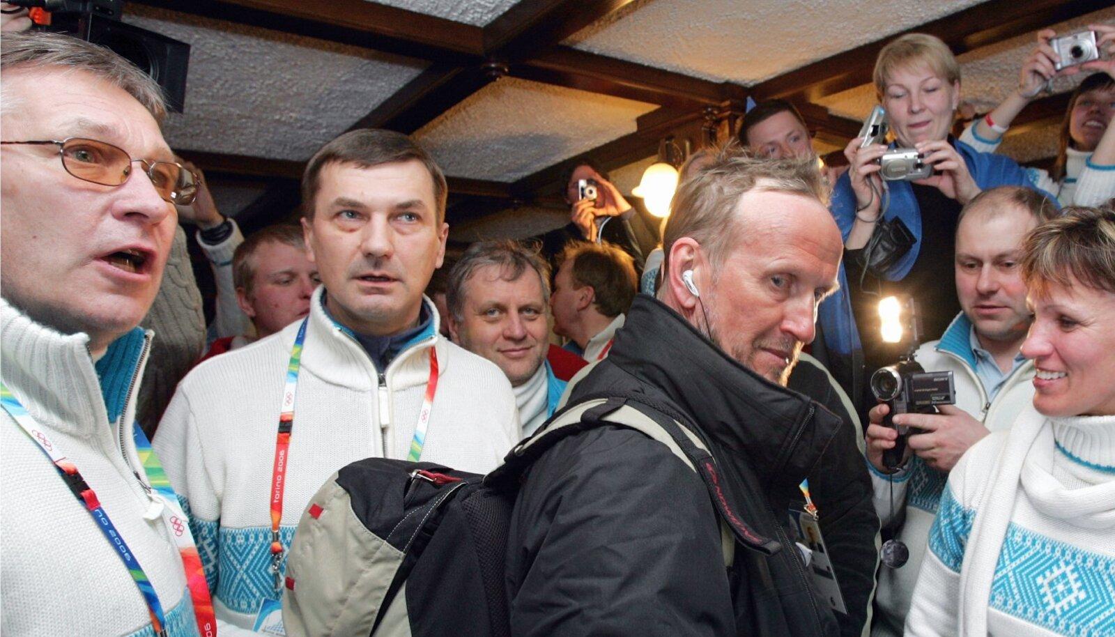 Andrus Ansip ja Mati Alaver (esiplaanil keskel) 2006. aastal Torino olümpiamängudel.