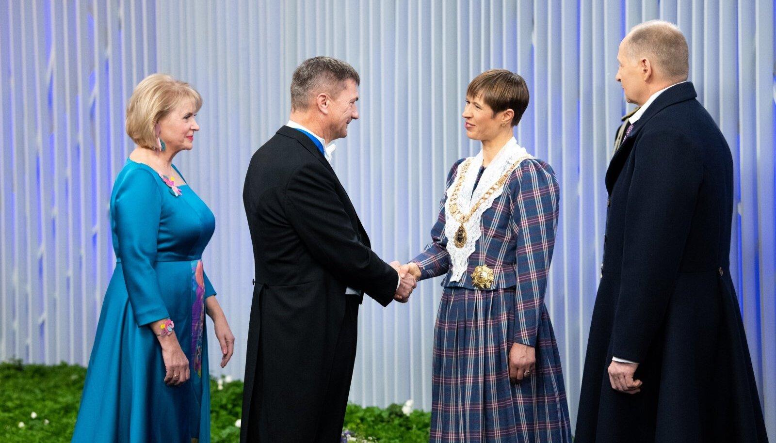 Presidendi vastuvõtt 2019: poliitik Andrus Ansip kätlemas president Kersti Kaljulaidiga.