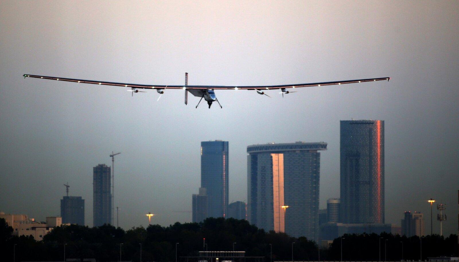 Bertrand Piccard koos päikeselennukiga Solar Impulse Abu Dhabi kohal.