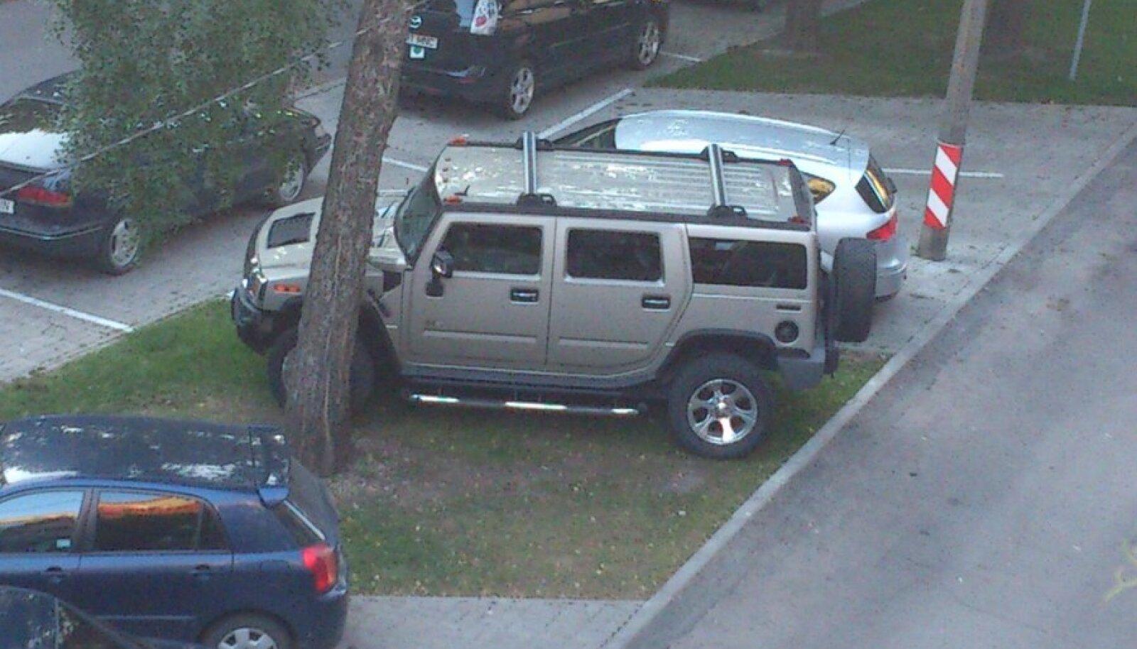 Hummer H2 vastloodud parkimiskohal