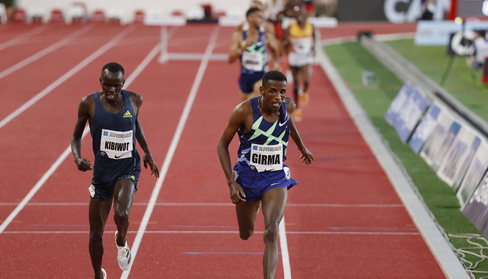 Kummalise 3000 meetri takistusjooksu võitis etiooplane Lamecha Girma (paremal).