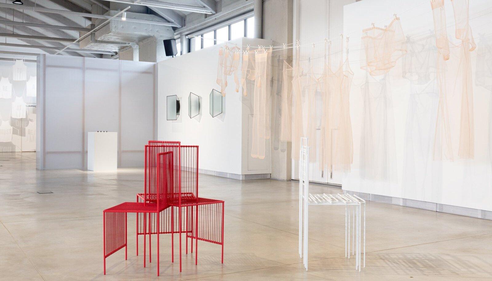 Ditte Hammerstrømi keset saali asetsevad toolid panevad ruumiperspektiive uurima. Näeme ühte objekti samal ajal justkui eri vaatest.