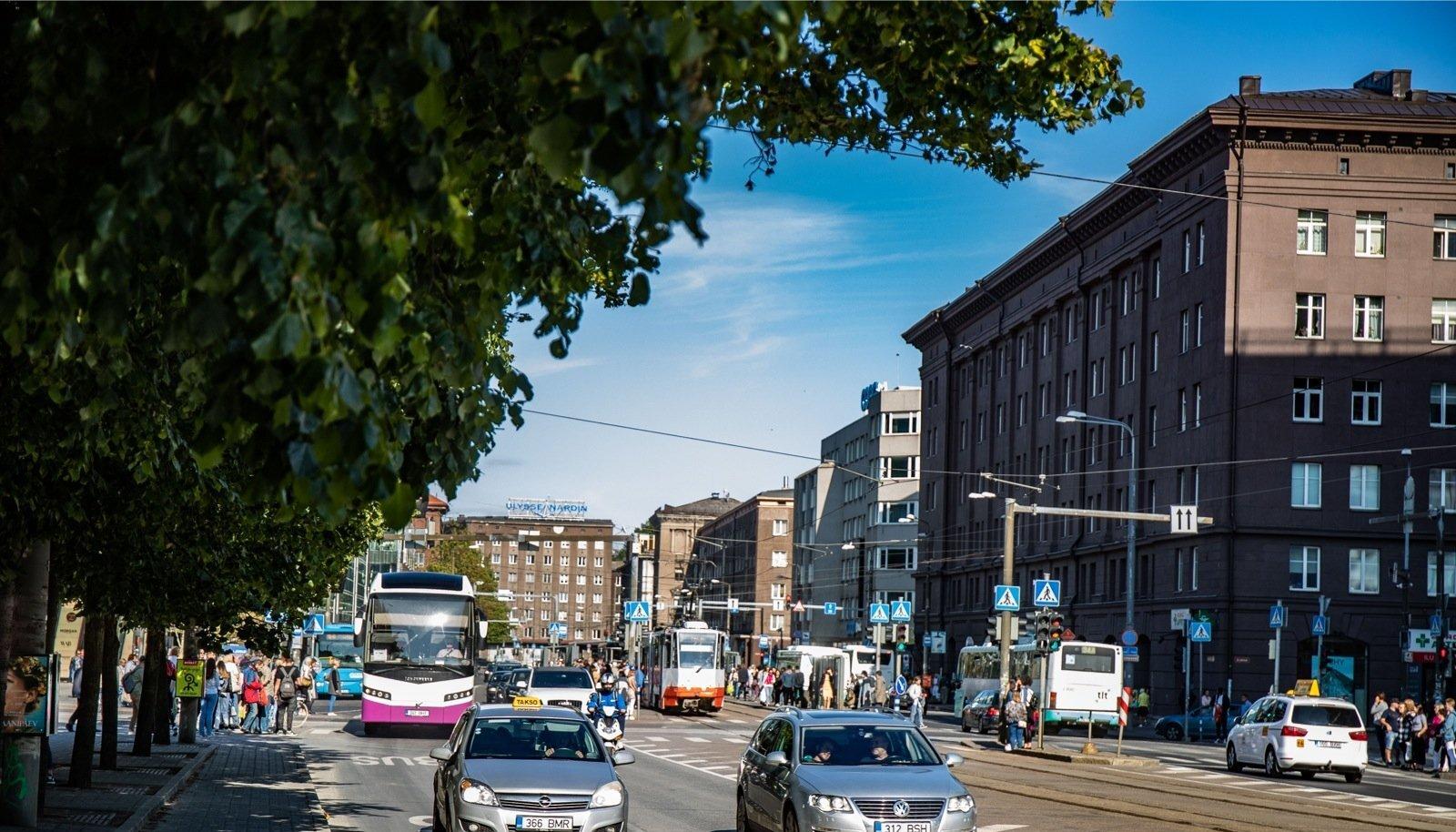 Peatänav, mis on Pärnu maantee ja Narva maantee lõik Vabaduse väljaku ja Jõe tänava vahel, on oluline ühistranspordi sõlmpunkt.