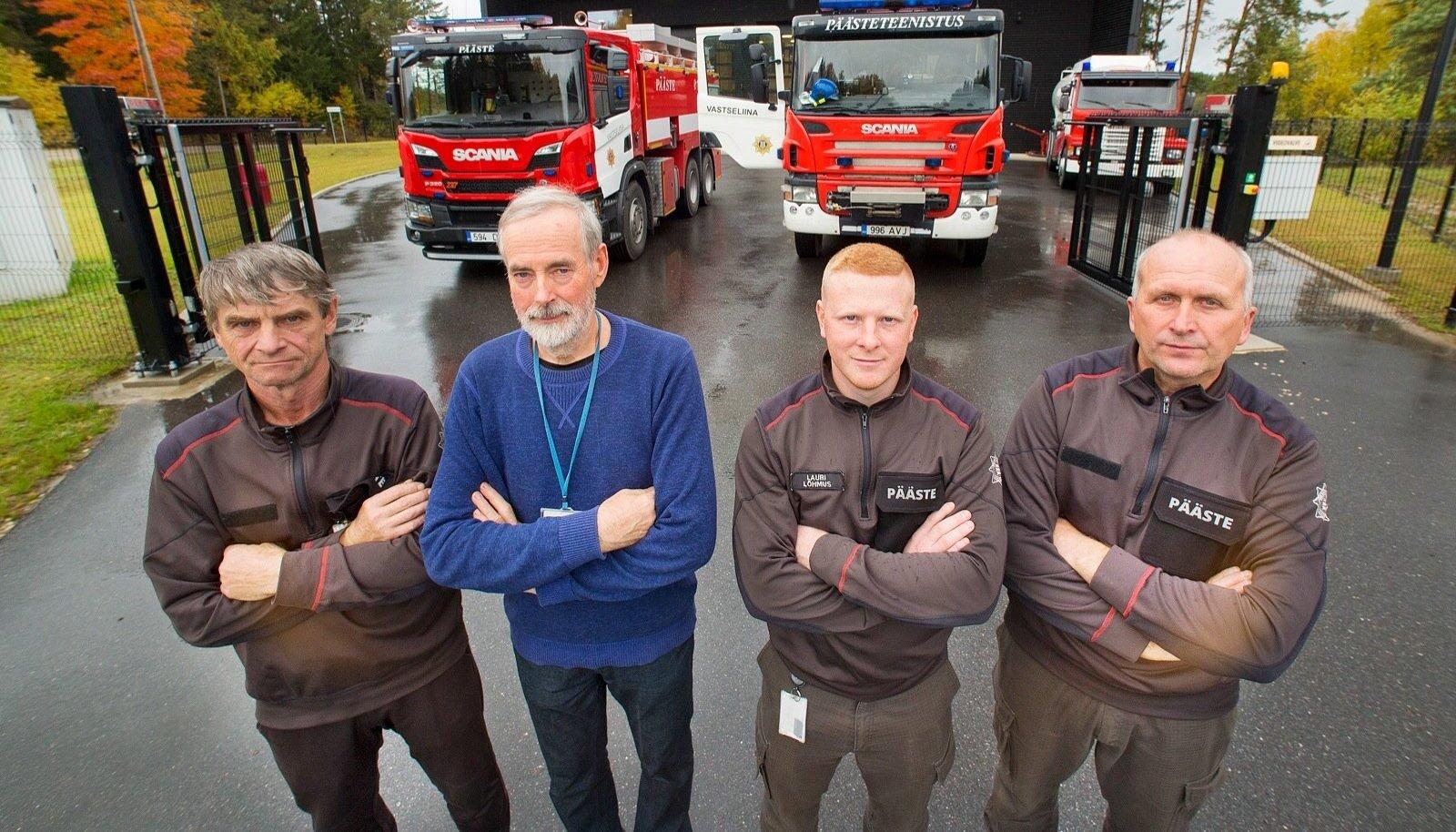 VASTSELIINA MEHED: Vasakult Urmas Kommer (päästja), Aivar Lai (komandopealik), Lauri Lõhmus (meeskonnavanem) ja Raul Nedo (päästja) ei jõua oma uut maja ära kiita.