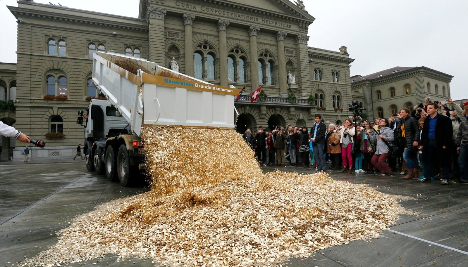 Šveitsi kodanikupalgaaktivistid demonstreerisid vajadust igaühe-sissetuleku järele, kallates Berni südalinnas maha koormatäie viiesendiseid.