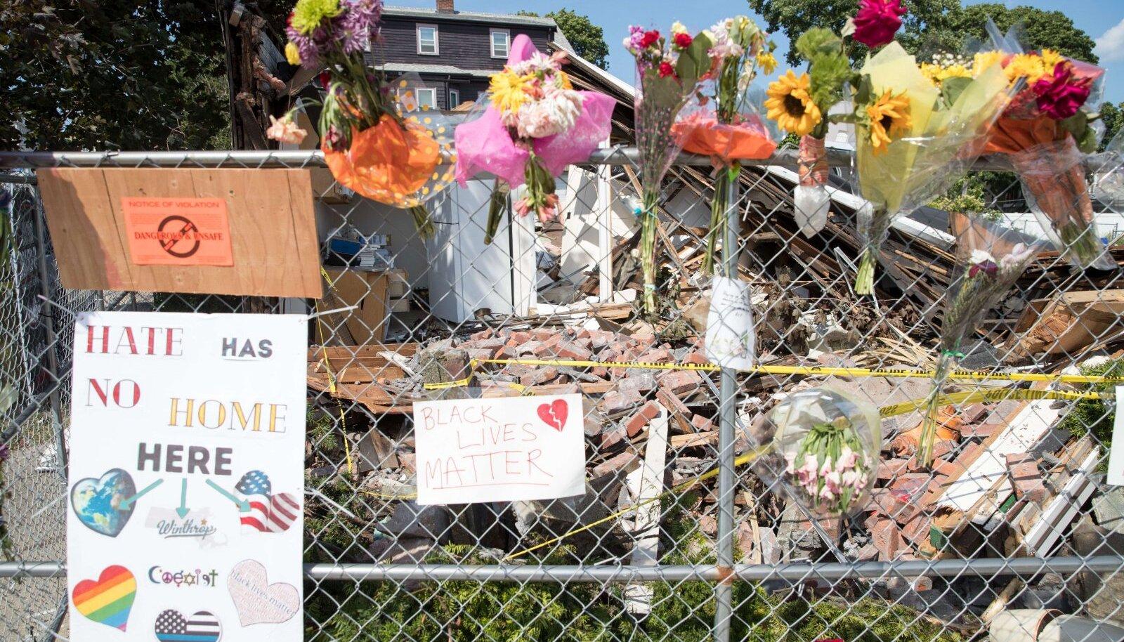Kohalikud viisid sündmuspaigale lilli ja küünlaid.