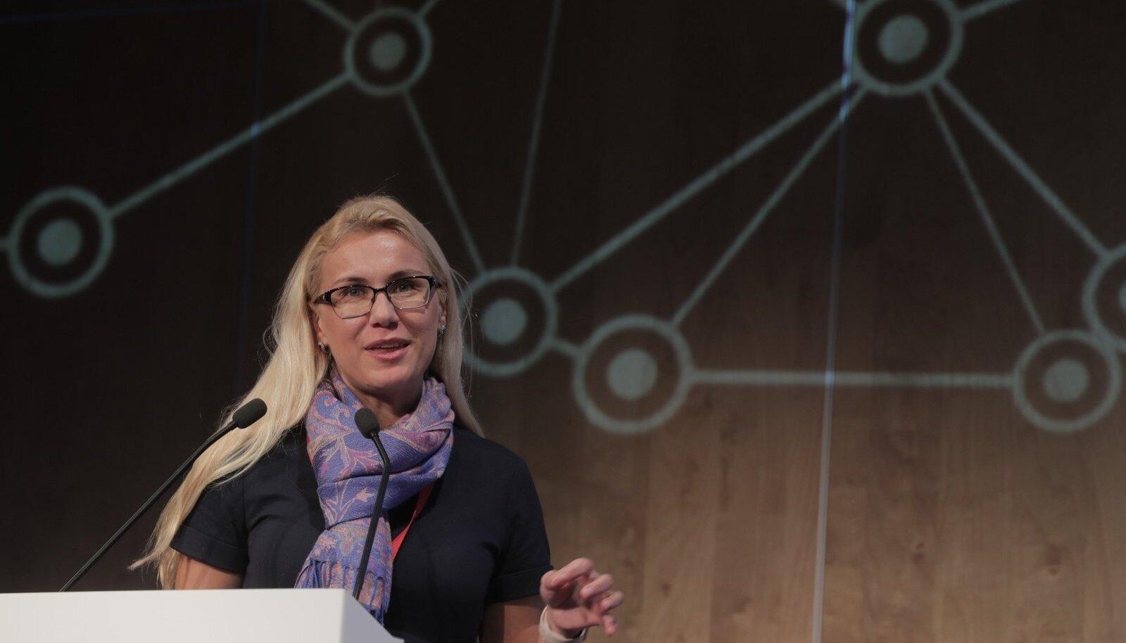 Majandus- ja taristuminister Kadri Simson Rail Balticu konverentsil kõnepuldis.