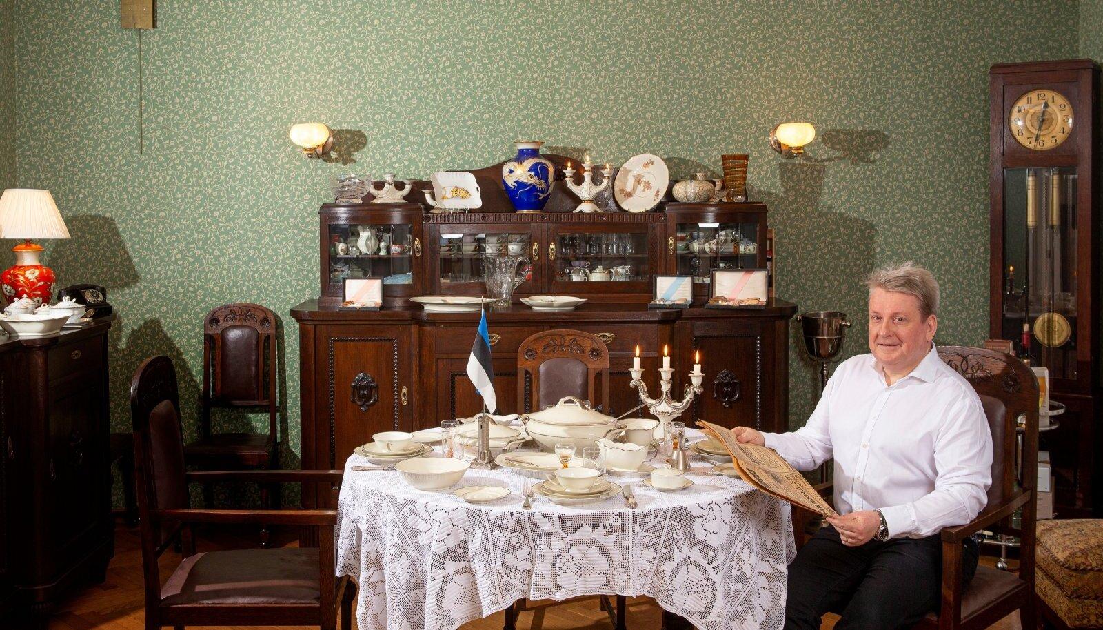 """Palju õnne, Eesti! Peremees ootab külalisi, endal leht näpus. """"Selle tõi kolleeg kingiks,"""" tunnustab Priidu. Värsked uudised on aastast 1930!"""