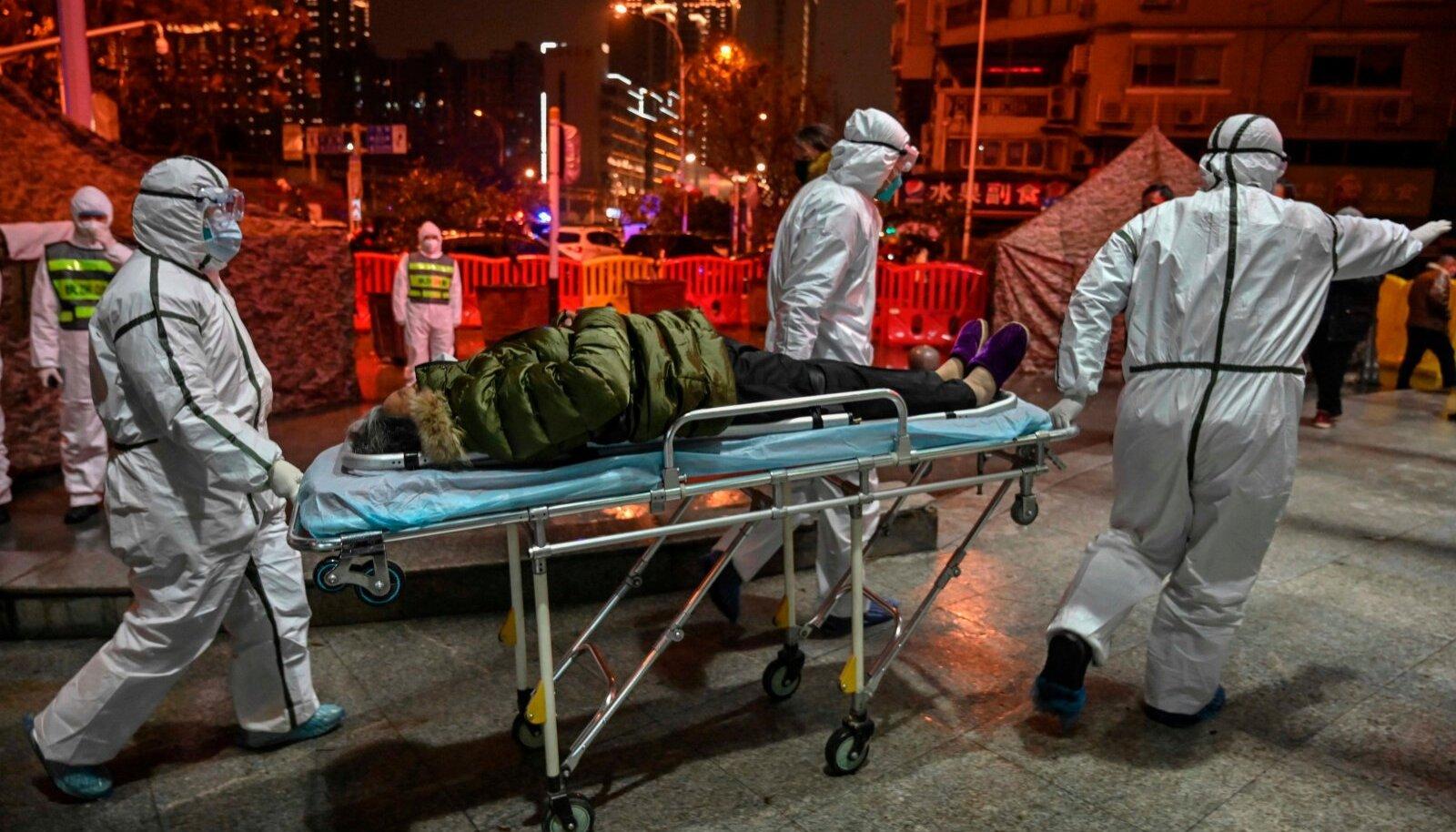 Jaanuaris transportisid Wuhani meedikud siis veel tundmatusse haigusse nakatunud patsienti Punase Risti haiglasse. Esimene koroonasse nakatunu tuvastati täpselt aasta eest Wuhanis.