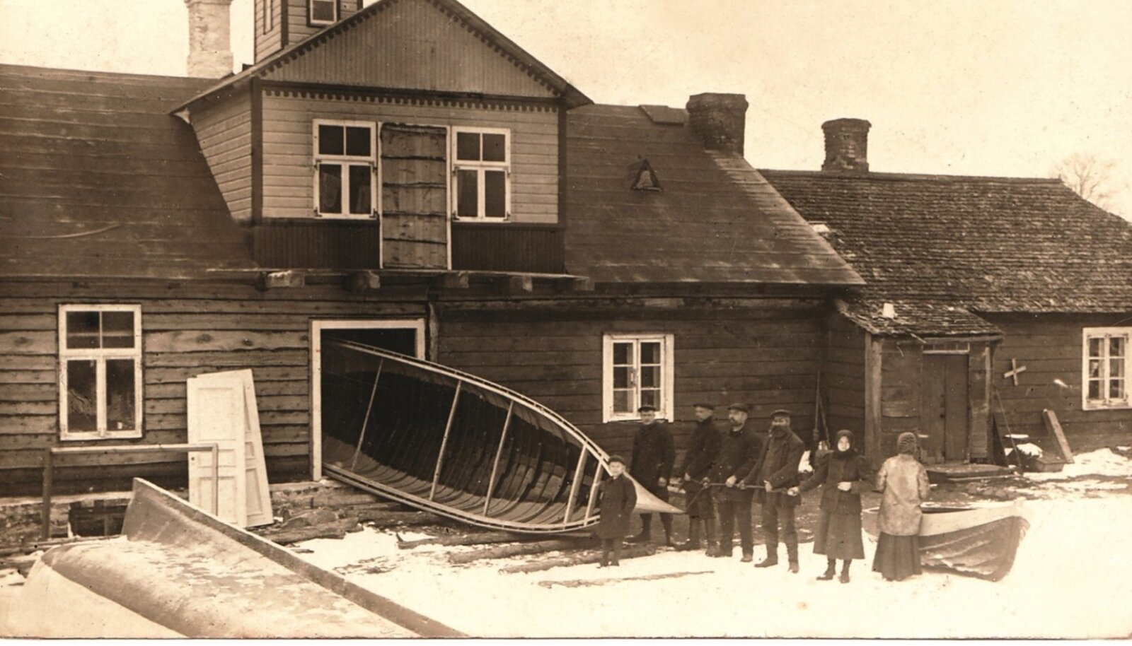 Aksi saarel paadi majast välja toomine Aksi-Madise talus, 1912.