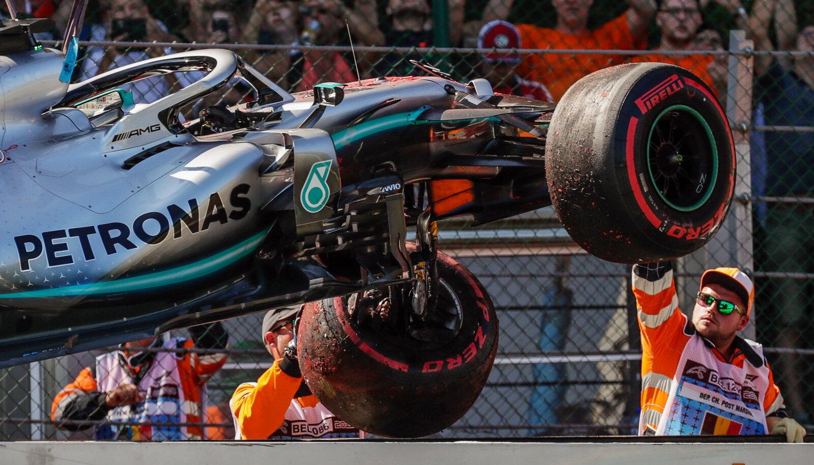 Lewis Hamiltoni autot tõstetakse puksiiri peale.