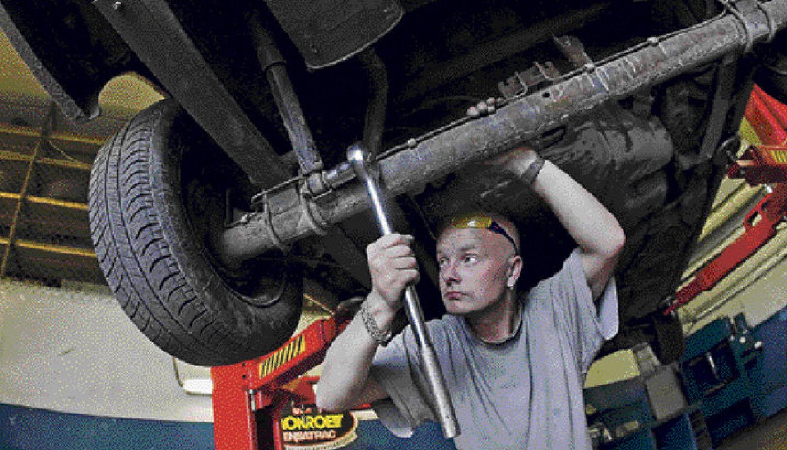 Kui endal on oskusi piisavalt, siis võib olla targem ise autot remontida. Pildil viskab töömees Reinis iseteenindustöökojas autole pilku peale.