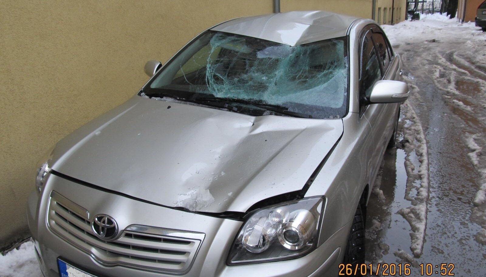 Jääkamakas kukkus autole