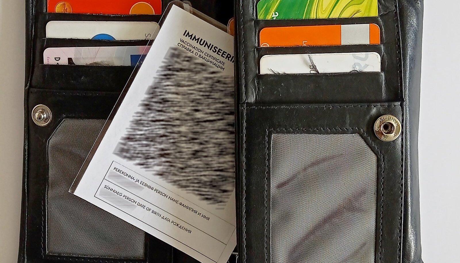 Kiletatud immuniseerimistõend mahub kenasti rahakoti vahele nagu muudki kaardid.