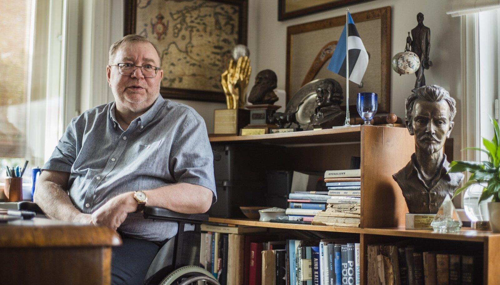 Mart Laari äsja valmis saanud raamat Karl August Hindreyst on sündinud just selle töölaua taga. Esimesed märkmed ikka käsitsi, tekst arvutisse.
