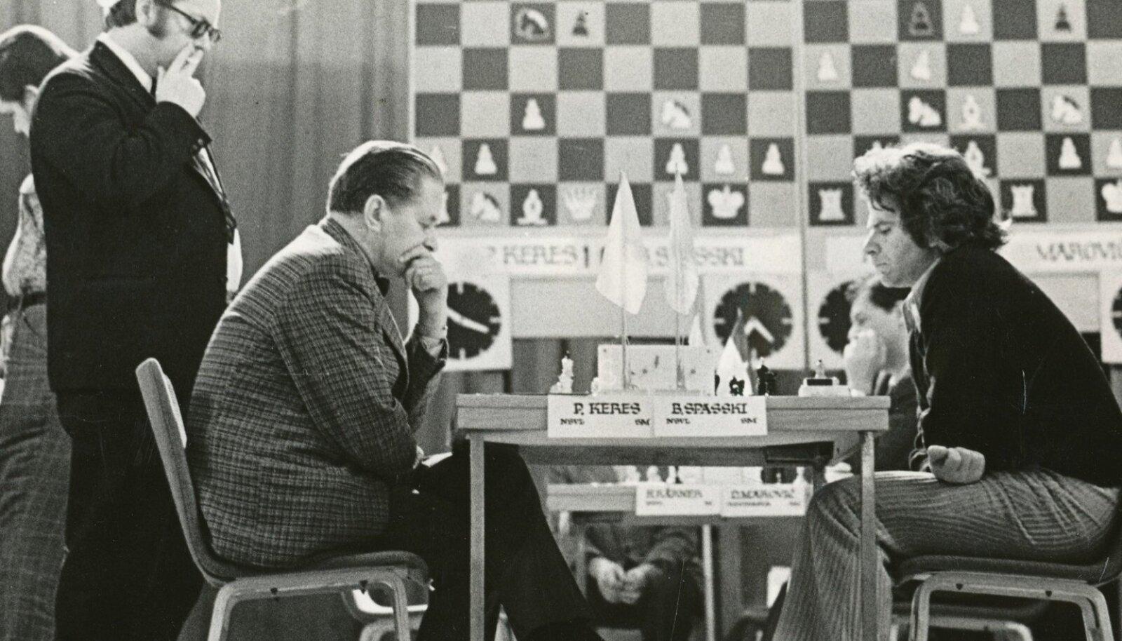 Boriss Spasski oli Kerese talendi suur austaja. Pilt kahe suurmeistri vastasseisust on tehtud 1975. aastal.