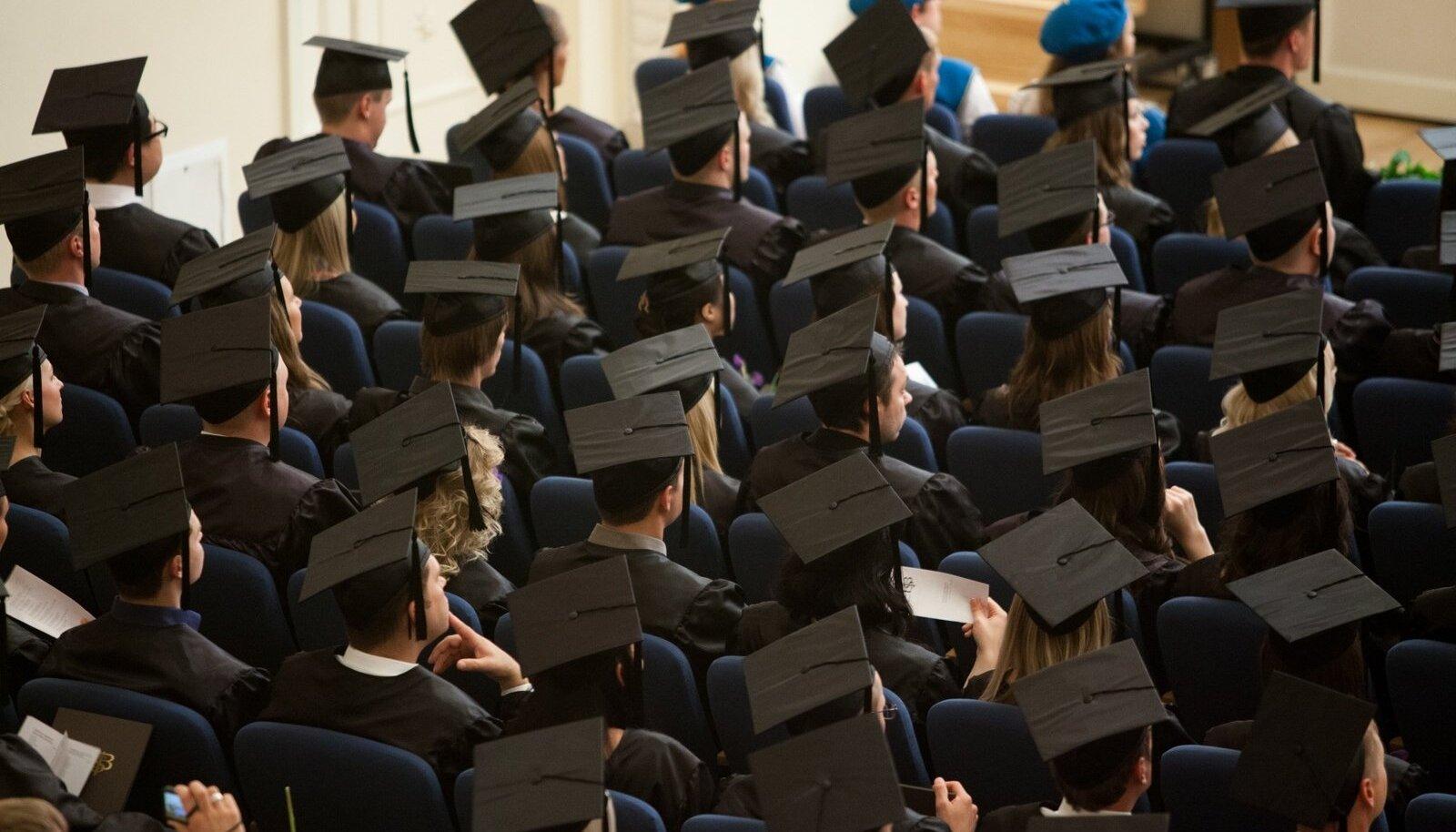 Mütsid EBS-i lõpuaktusel viitavad tasemeõppe lõpetajatele. Kui aga osaletakse sama kooli korraldatud koolitusel (kas või mitmeaastasel), siis on tegu täienduskoolitusega.