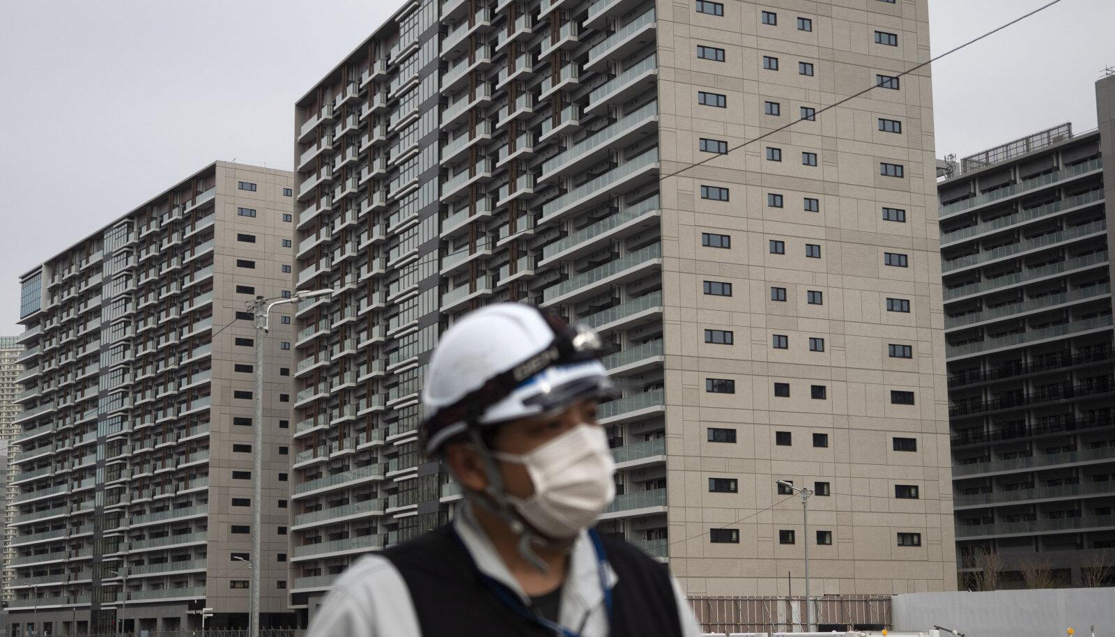 Ehitustööline Tokyo olümpiakülas.