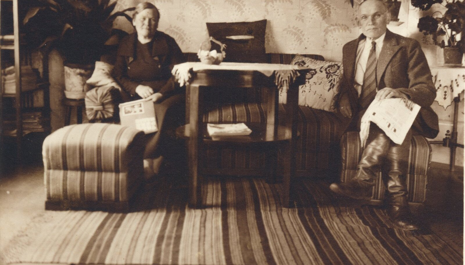 Puuri talu elutuba Uue-Võidu vallas Viljandi kihelkonnas oli tolle aja kohta üsnagi moodsalt sisustatud. Fotol Tõnis ja Ella Padrik. (Pildistatud umbes 1935)