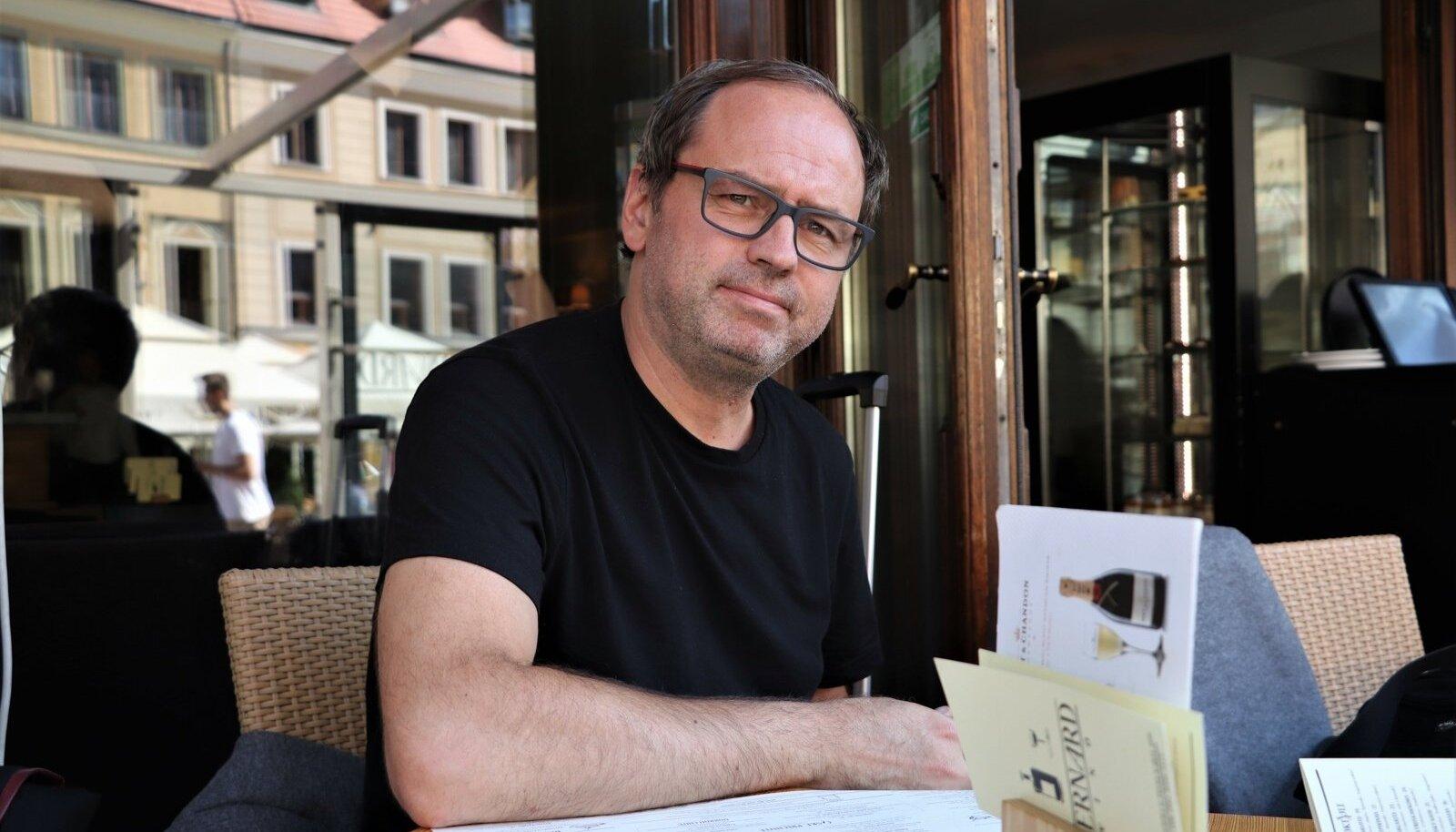 Tõnu Kõrvits ütleb, et on reisinud ainult oma muusikaga seoses. Aga kui juba reisib, siis vaatab kohapeal ka ringi ja teeb üksjagu pilte (eelistatult mustvalgeid), nii ka Wrocławis.