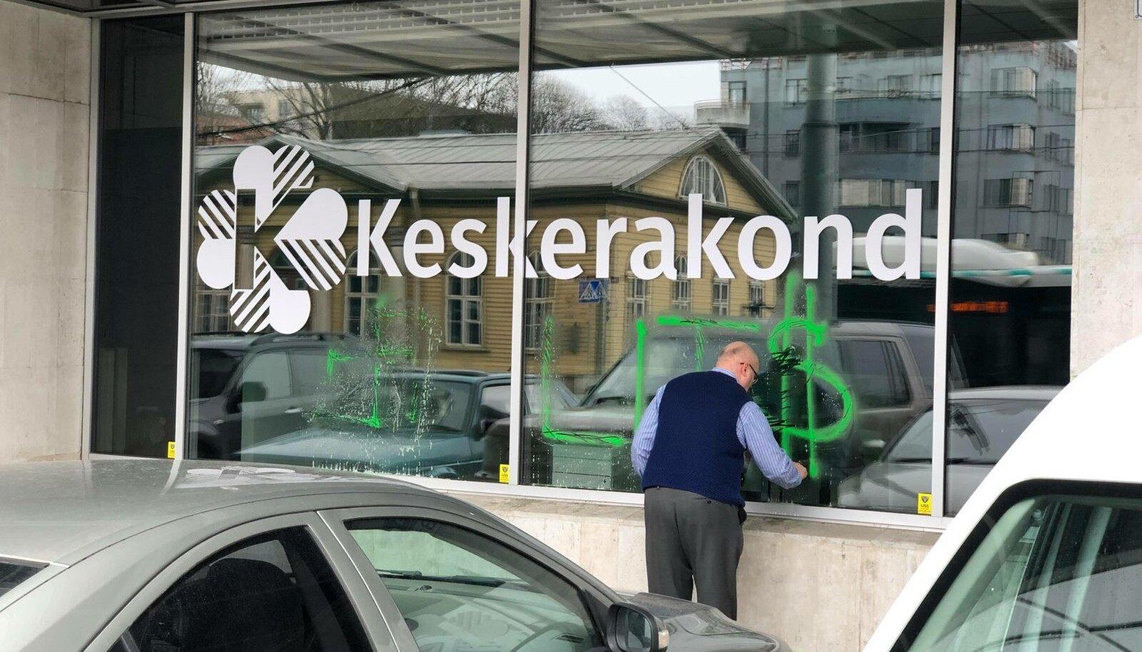 Keskerakonna büroo aken jäi vandaalile ette