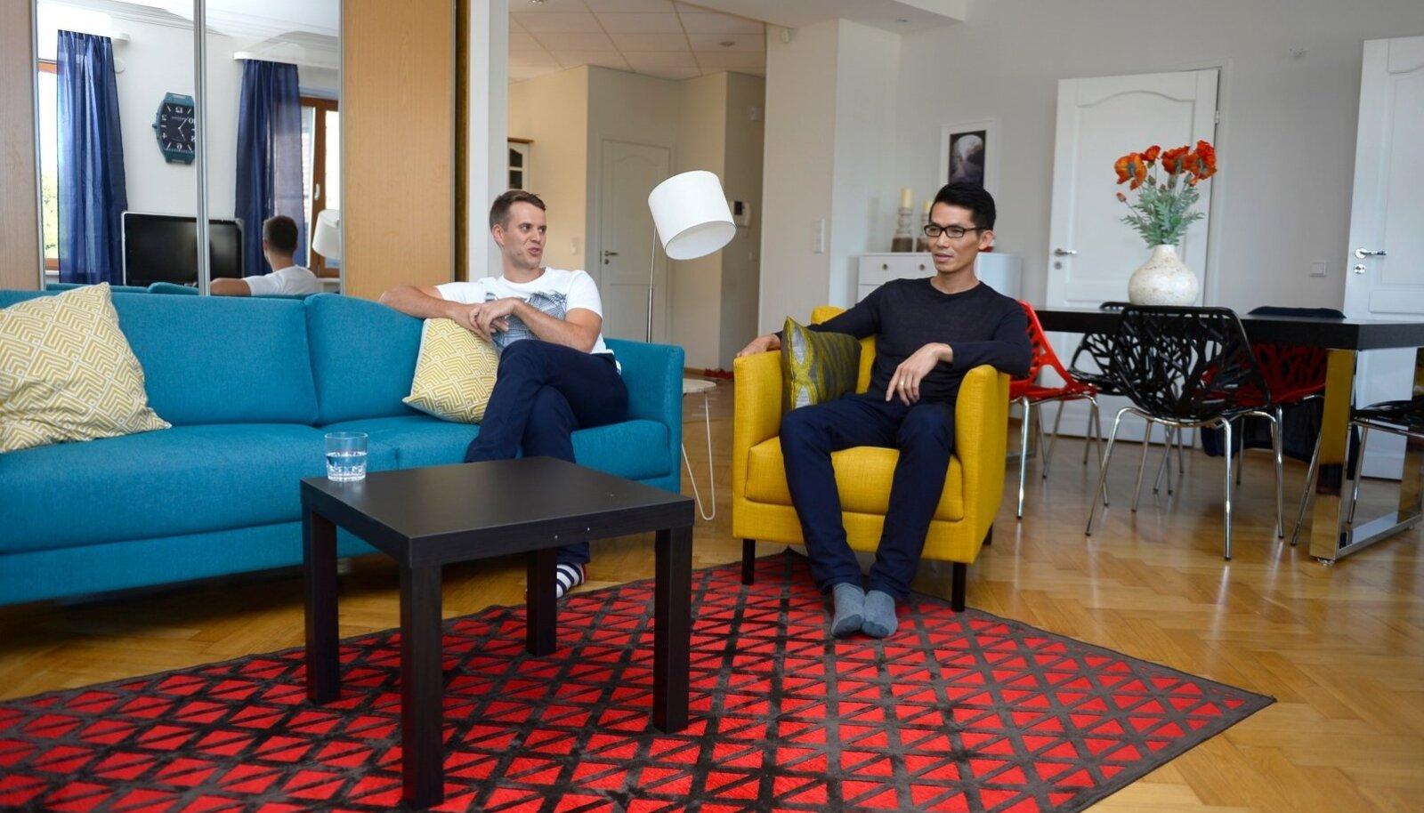 VERIVÄRSKE KODU: Mihkel Randrüüt ja Kevin Wong vuntsisid Tallinna kesklinna korteri kodumajutuseks üles. Kalleid asju osta ei saanud, sest need viiakse minema.