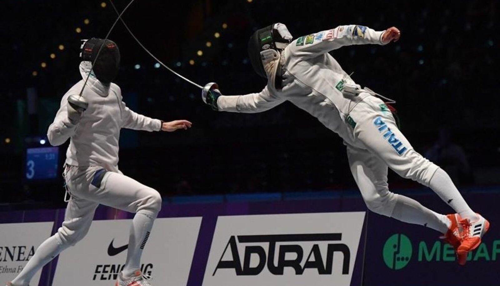 Nikolai Novosjolov (vasakul) üritab lennuka itaallase Paolo Pizzo rünnakut tõrjuda.