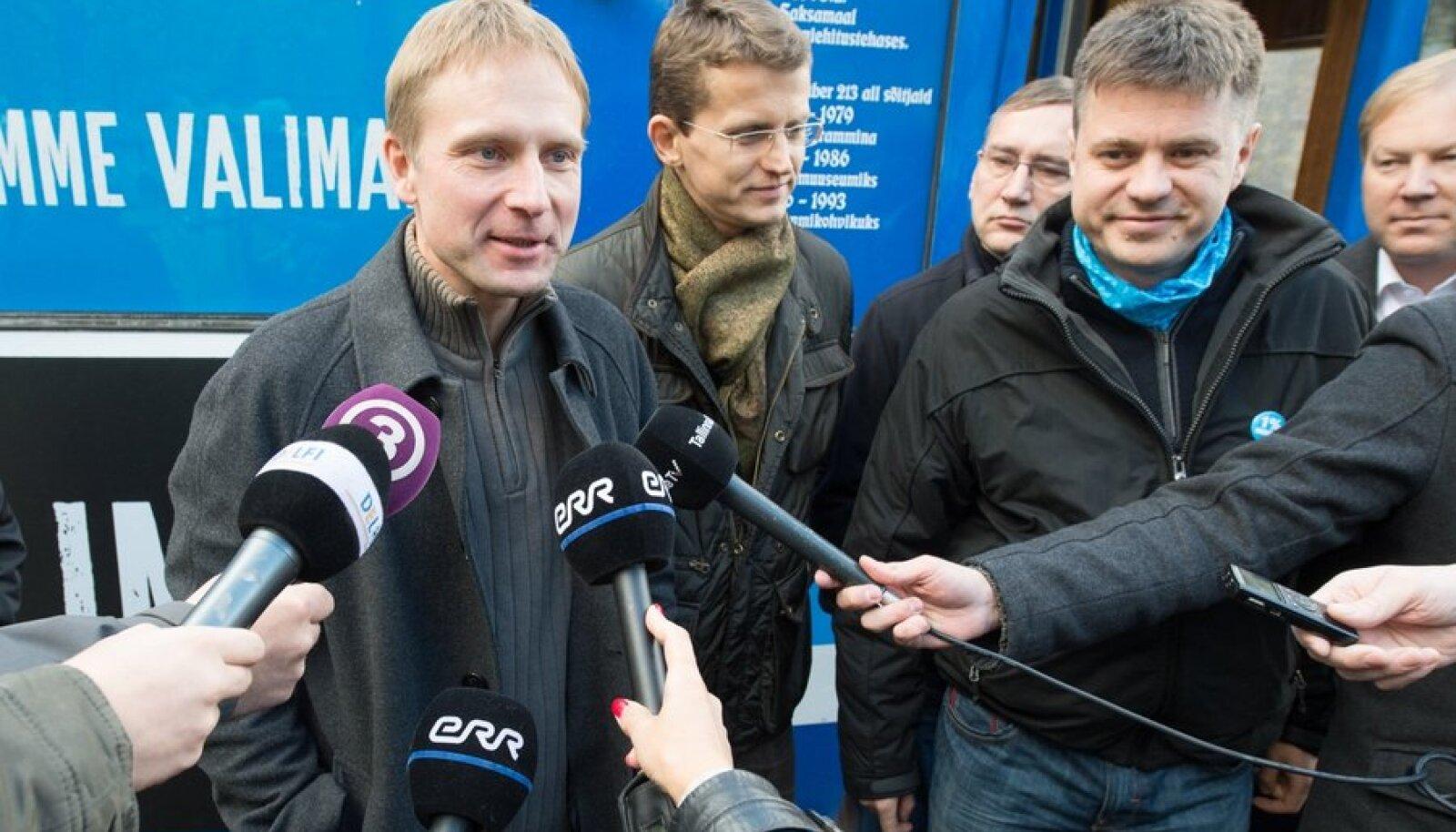 Möödunud oktoobris tormasid Urmas Reinsalu (fotol paremal) ja siseminister Ken-Marti Vaher (keskel) erakonnakaaslasele Eerik-Niiles Krossile appi ja korraldasid välkpressikonverentsi, kui Interpol Krossi tagaotsitavaks kuulutas.