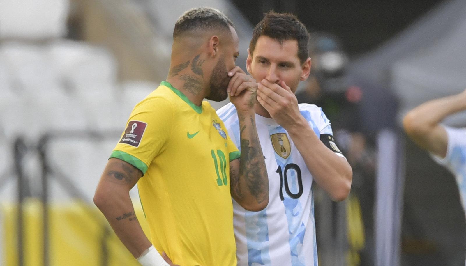 Lionel Messi (paremal) rääkimas Brasiilia tähe Neymariga.