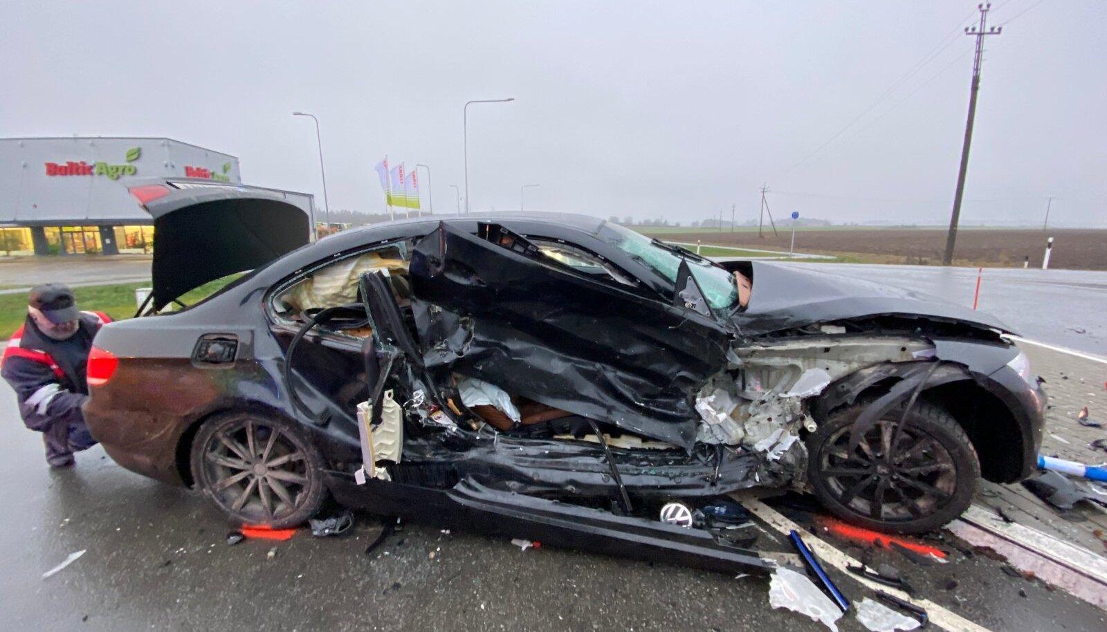 Õnnetus Tallinna-Tartu maanteel, kus põrkasid kokku BMW ja Volkswagen.