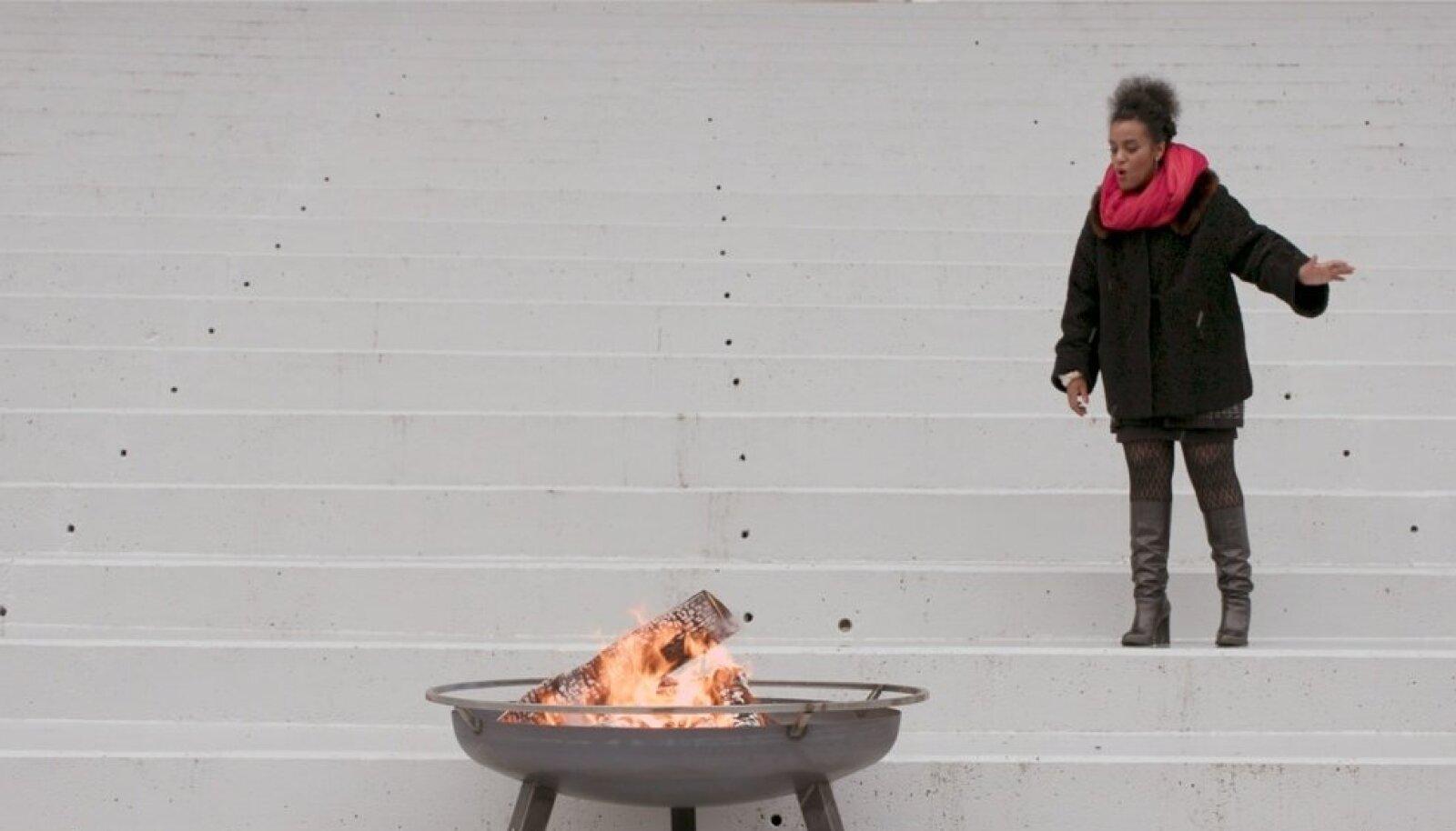 """Kristina Normani video """"Jumalad, andke tuli tagasi"""" (ühekanali digitaalne video, 12 min, 2018). Teoses on kasutatud Märt-Matis Lille originaalmuusikat."""