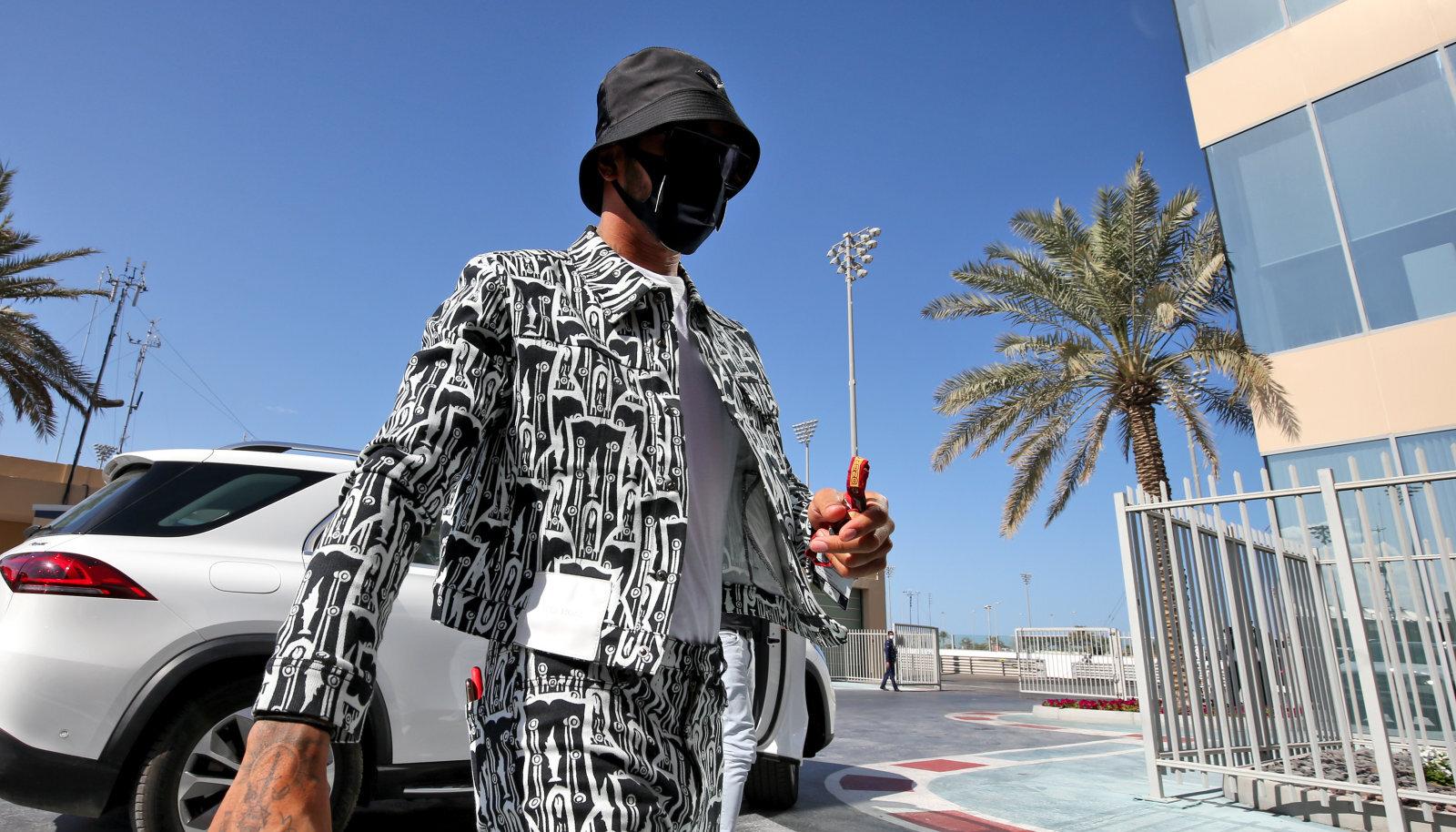 Lewis Hamilton reede hommikul Abu Dhabi ringrajale saabudes.