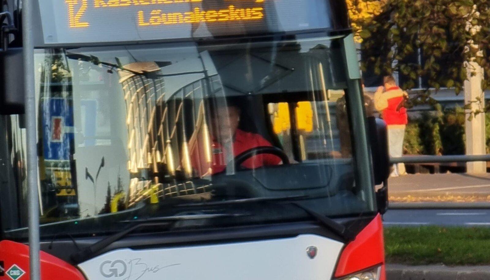 Pildil bussijuht, kes reformierakondlasi ründas.
