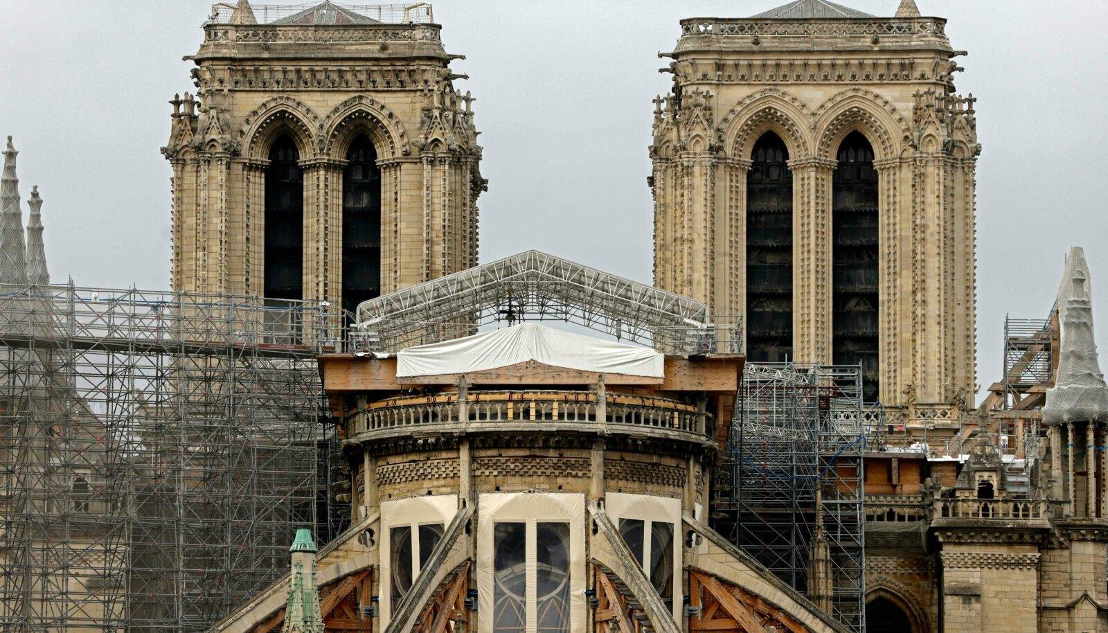 Esmaspäeval katedraalist tehtud fotol on näha enne põlengut paigaldatud tellingud, mille eemaldamine käib siiani. Alles siis saab alata tegelik rekonstrueerimine.