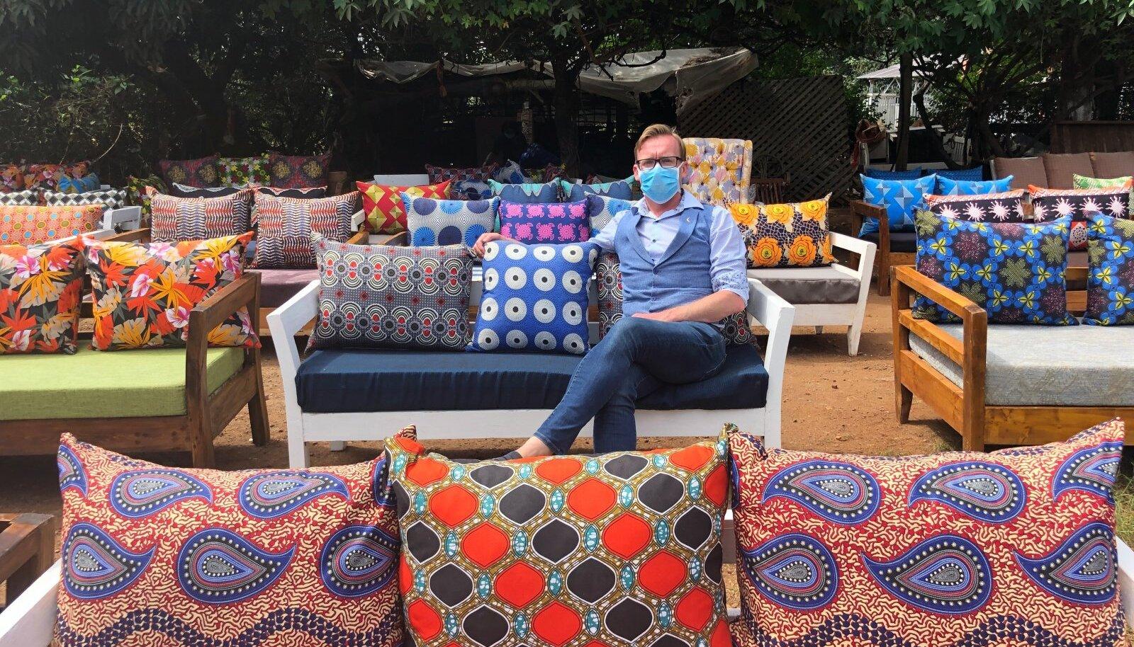 Ado Lõhmus Nairobi mööblikaubamajas – maskiga, sest ilma selleta saab trahvi või võib minna suisa vangi.