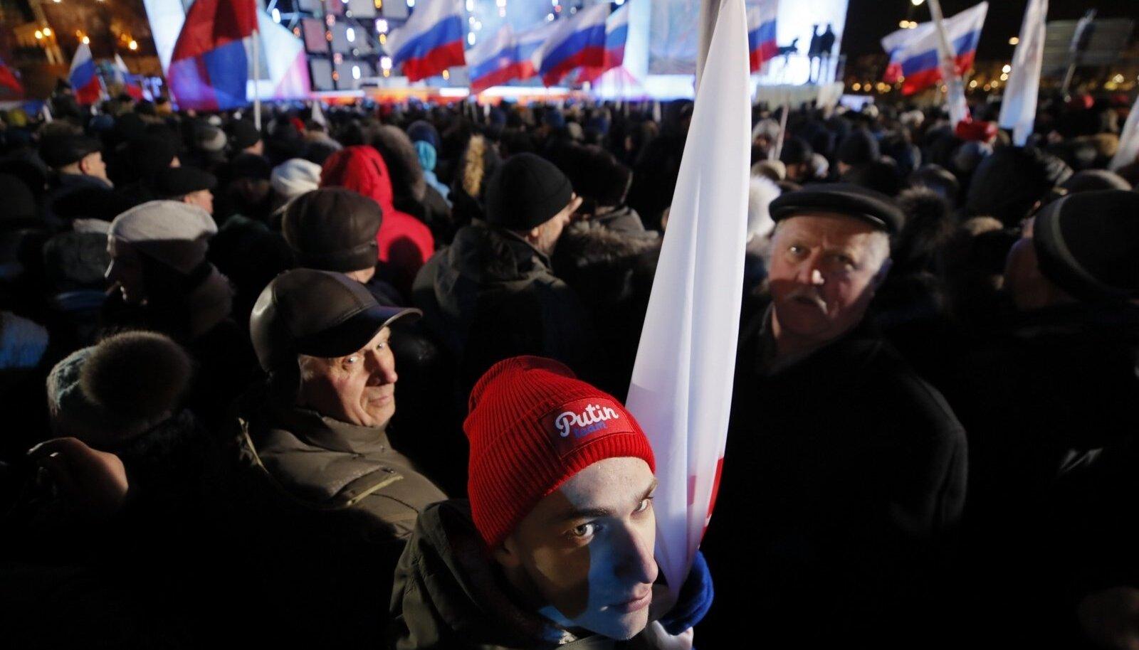 Venemaa presidendi toetajad kogunesid eile õhtul Maneeži väljakule, kus toimus Krimmi annekteerimise suur pidulik kontsert-meeleavaldus.
