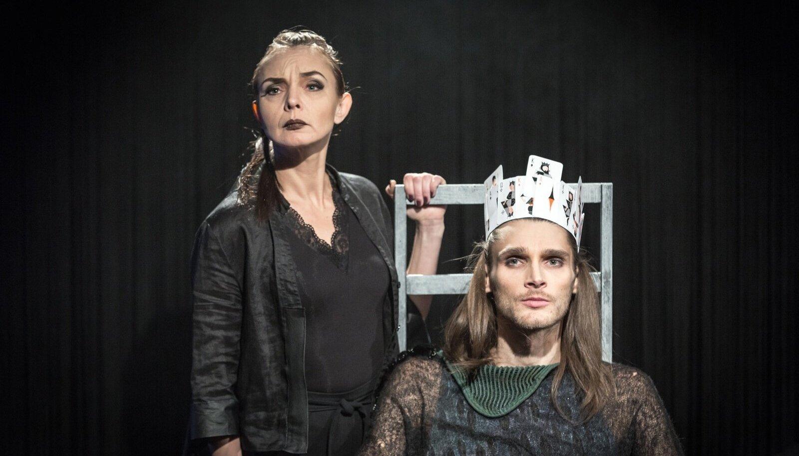 Väejuht (Ago Soots) ja tema abikaasa (Elina Reinold) tegutsevad oma äri huvides liigutavas üksmeeles.