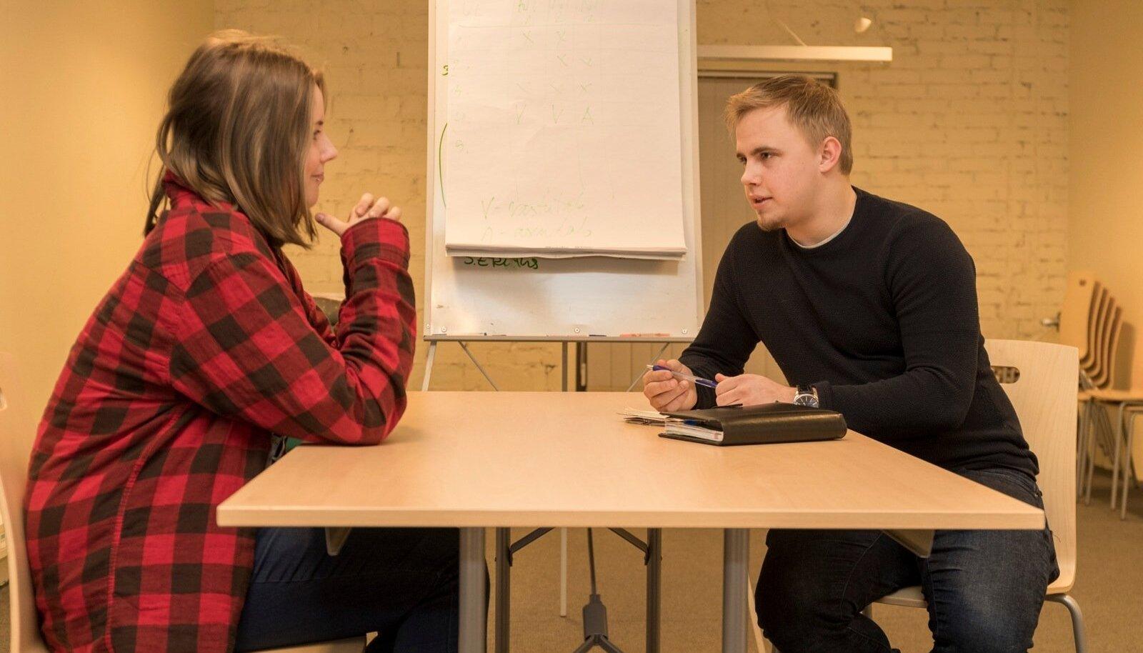 Noorte Tugila programmi rakendaja Marek Morel (paremal) tutvustab noortekeskuses nooreletema võimalusi.