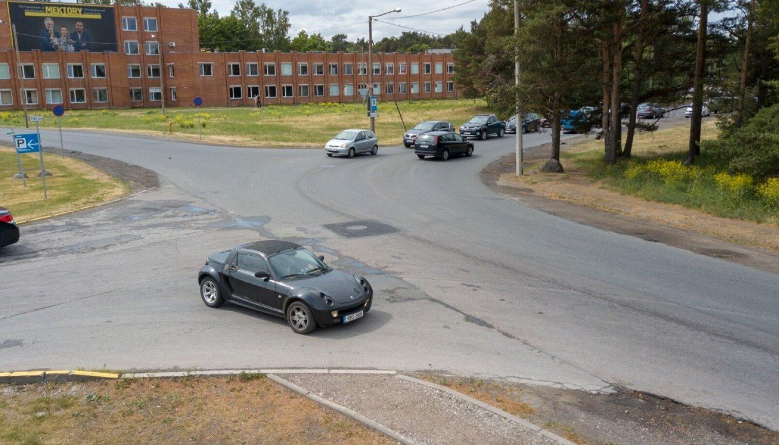 Ristmikule parkinud Smart Roadster